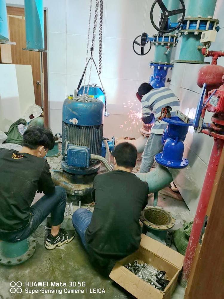 白云化工厂更换水泵现场